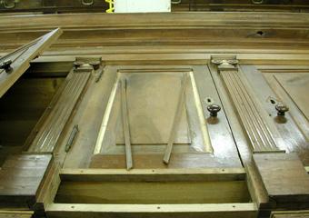 Parrocchia B.V. Annunziata in Ascensione di Costa Serina BG. Durante il restauro, cornici traballanti rimosse per un corretto fissaggio.