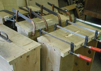 Parrocchia B.V. Annunziata in Ascensione di Costa Serina BG. Durante il restauro, integrazione delle guide consumate dei cassetti.