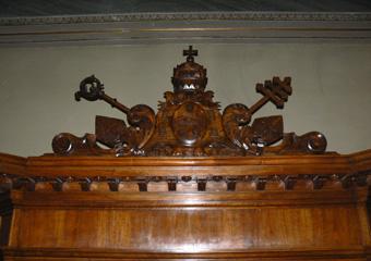 Bussola principale parrocchia Capriate S. Gervasio BG. Dopo il restauro, particolare della cimasa.
