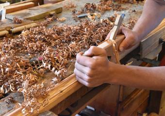 Portone in larice stile 700'. Modellatura delle nuove cornici mediante pialletti sagomati.