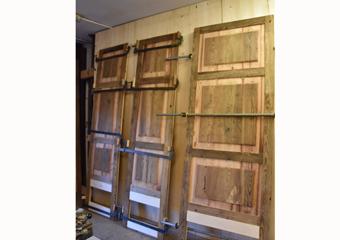 Portone in larice stile 700'. Incollaggio dei battenti lato esterno in legno di larice.