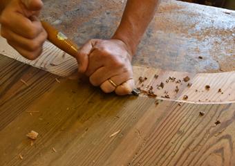 Portone in larice stile 700'. Lavorazione a mano delle cornici nei pannelli ad arco.