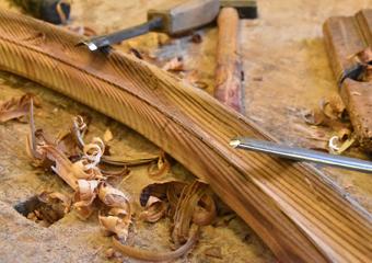 Portone in larice stile 700'. Esecuzione delle cornici perimetrali ai pannelli ad arco eseguite a scalpello.