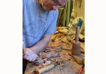 Portone in larice stile 700'. Esecuzione della conchiglia resa difficile nel legno di larice antico.