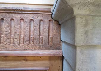 Portone in larice stile 700'. Decorazione a scanalature collocata nel portone.