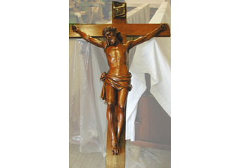 Parrocchia di Boltiere, mobile da sacrestia. Restauro ultimato del Crocifisso posizionato nella anta centrale del corpo superiore.