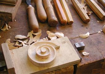 Parrocchia di Boltiere, mobile da sacrestia. Integrazioni scolpite a mano di parti dei capitelli.