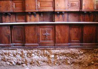 Parrocchia di Boltiere, mobile da sacrestia. Prima del restauro particolare nella fase di scavo del pavimento.