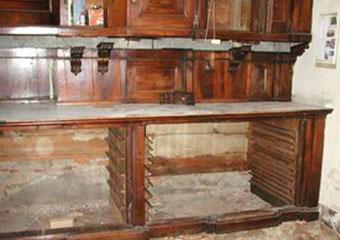 Parrocchia di Boltiere, mobile da sacrestia. Prima del restauro fase di rimozione del mobile.