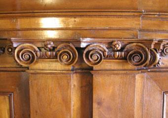 Parrocchia di Boltiere, mobile da sacrestia. Restauro ultimato, particolare dei capitelli ionici.