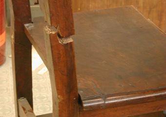 Sedie fratine XVI° sec. Prima del restauro, gamba con spaccatura.