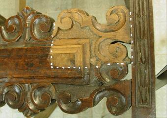 Sedie fratine XVI° sec. Durante il restauro, assaggio di pulitura.