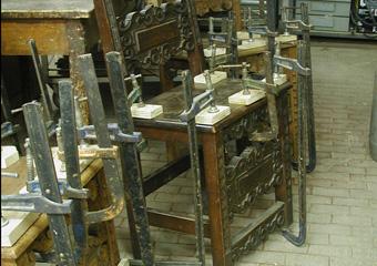Sedie fratine XVI° sec. Durante il restauro, Assemblaggio dei componenti della sedia.